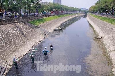 Sáng nay (ngày 16/5), Hà Nội bắt đầu triển khai phương án thí điểm xử lý ô nhiễm, làm sạch sông Tô Lịch bằng công nghệ Nano Bioreactor của Nhật Bản.