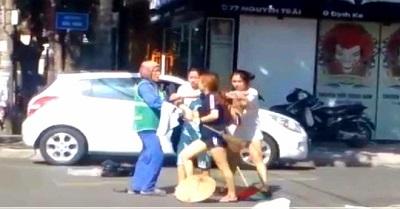 Vụ chị lao công bị đánh vì nhắc nhở xả rác: Gia đình chủ shop xin lỗi