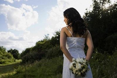 Đêm tân hôn, tôi háo hức diện váy ngủ quyến rũ chờ chồng, ngờ đâu lúc anh mở cửa bước vào lại bế trên tay một người khác