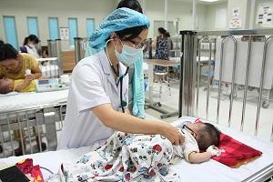 Bé gái 17 tháng tuổi nhập viện nguy kịch vì mẹ nhất quyết không tiêm vắc xin phòng bệnh sởi