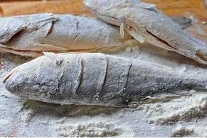 Không cần dùng gừng chà đáy chảo, chỉ bằng mẹo này cũng khiến cá rán giòn không sát chảo