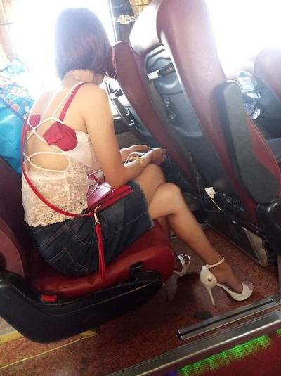 Cô gái hớ hênh tuột bung nội y dù đang ngồi giữa xe khách