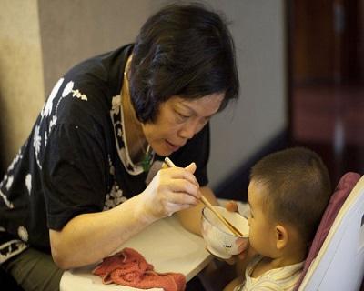 Bé trai 2 tuổi nhập viện trong tình trạng xuất huyết dạ dày, nguyên nhân đến từ một hành động nhỏ xíu của bà ngoại mỗi bữa ăn