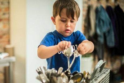 Trẻ có biểu hiện này chứng tỏ hiệu quả giáo dục của bố mẹ, cần tiếp tục phát huy để con lớn lên thành người tài giỏi