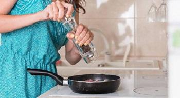 Vì sao chỉ nên nêm hạt tiêu khi thức ăn gần chín nếu không rất nguy hại?